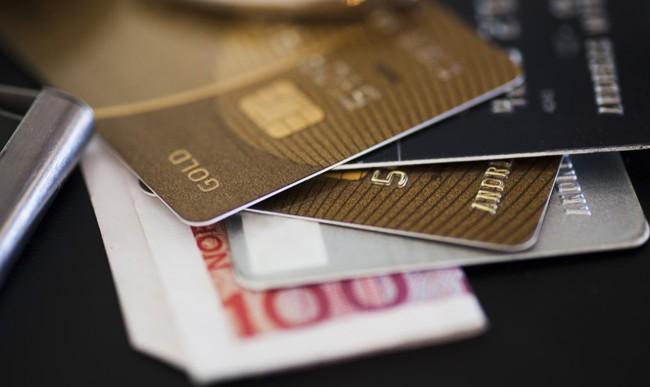 Polacy rezygnują z kart debetowych